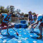 Reinigen der Ponton-Badeinsel